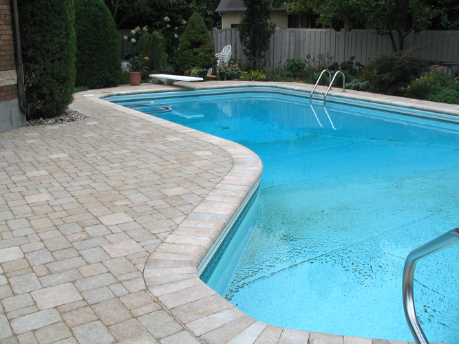 Terrasse pave design et service d 39 am nagement paysager for Allergie au chlore de piscine